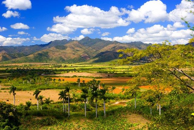 Valle de los Ingenios and Mountains