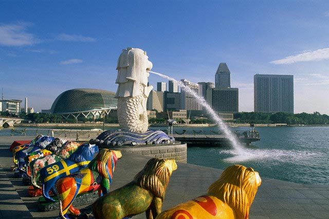 Singapore Merlion Statue and Suntec City Skyl
