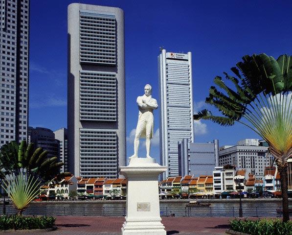 Statue of Sir Thomas Stamford Raffles in Sing