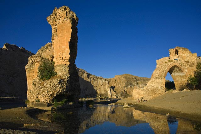 Turkey, Eastern Turkey, Hasankeyf, Broken arc